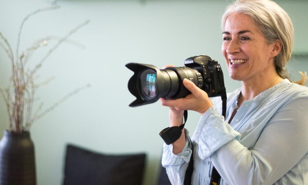 Fotografin Claudia Mamone mit ihrer Kamera
